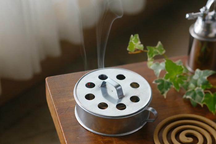 アウトドアは気持ちがいいですが、虫が気になるという人も多いのでは。森や湖のコテージで余暇の時間を過ごすフィンランドの人たちも、日本と同じ、うずまきタイプの蚊取り線香を愛用しているそう。小さな取っ手がついてかわいいブリキの器は、アウトドアやガーデンなどにも映えます。煙の少ない菊花線香をセットして。