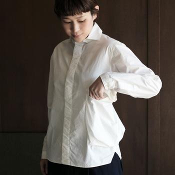オンオフ問わず、いろんな場面に合わせやすい白シャツは、デザインの違うものを2~3枚持っておくのがおすすめです。ごくシンプルなデザインの他、ちょっとひねりが利いているものもあると、制服化しても着こなしにバリエーションがでます。いずれも着た時のシルエットがきれいなものを選ぶようにしましょう。