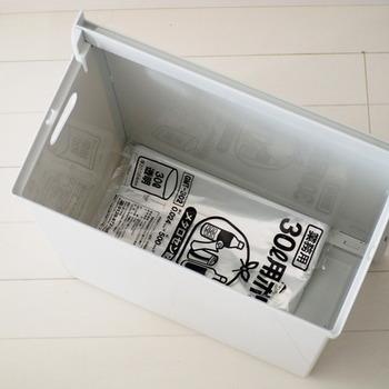 ゴミ箱の底に、ゴミ袋をストックしておきましょう。さっと新しいものを取り出せて便利ですよ。