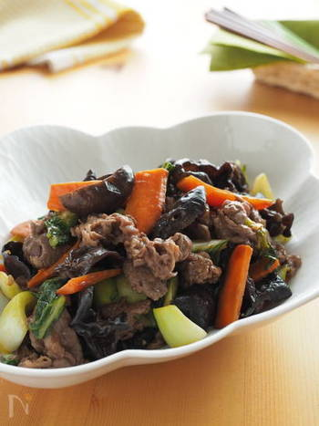 コリコリの食感がアクセントになるきのこ、きくらげ。ヒダの部分にタレが絡みやすいので、炒めものやあんかけに適しています。牛肉と一緒に濃厚なオイスターソースで炒め合わせて、ご飯がすすむ一品に。