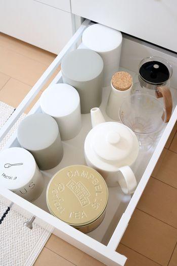 お茶の葉っぱやティーポット、ミルクピッチャーなどティータイムに活躍するアイテムも同じ場所へ。まとめて必要なものが取り出せます。