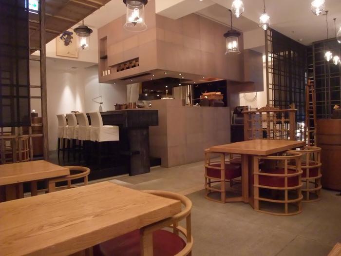 """有楽町線の銀座1丁目駅、7番出口地上から徒歩20秒の、ポーラ銀座ビル 2Fにある「HIGASHIYA GINZA」。落ち着いた雰囲気の茶房では現代の""""日本のティーサロン""""のコンセプト通り、 日本人がこれまで育んできた伝統や文化の美意識が散りばめられた空間が展開され、40席ほどの座席でゆったりとお茶を味わえます。"""