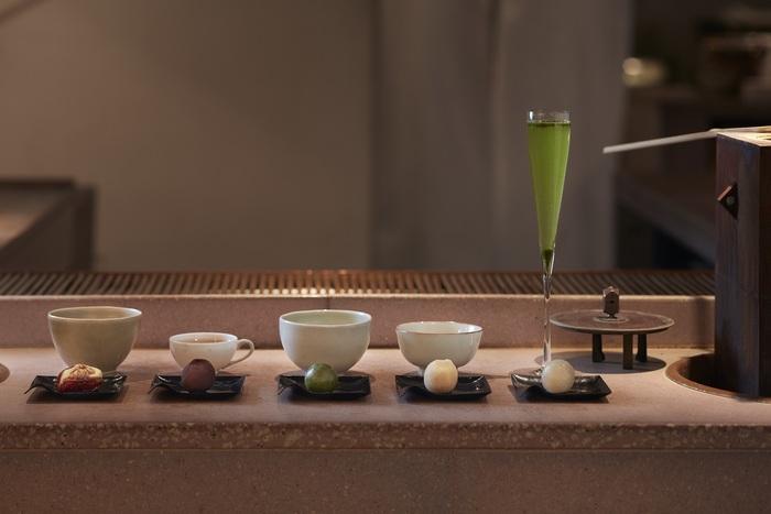 5種類のHIGASHIYAひと口果子と、5種類のブレンドティーが楽しめる、5種類の和菓子とお茶のペアリングコース「茶菓」。他に同じように5種類のHIGASHIYAひと口果子と5種類のカクテル、自家製酒を楽しめる、和菓子とお酒のペアリングコース「酒果」もあります。