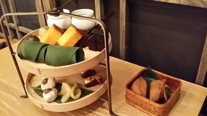 お茶の種類は30種類を超え、それらにあう四季折々の食材を使った季節のお膳やアフタヌーンティーも大人気。アフタヌーンティーといっても、サンドイッチやスコーンではなく、いなり寿司や和菓子といった和のアフタヌーンティーにお好みのお茶2種をセレクトできるので、お父さんと一緒にあれこれ選ぶのも楽しそう。