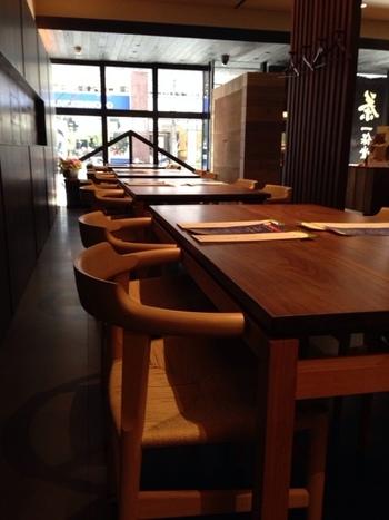 木のぬくもりが心地よい落ち着く空間で、おだやかな香りと上品な甘みが感じられる、一保堂ならではのお茶や、お茶に合う和菓子などをいただけます。