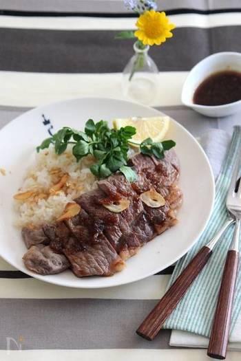 お肉に目がないお父さんなら、香ばしさが食欲をそそるステーキはいかがですか?ガーリックライスと一緒にワンプレートに盛り付ければ、ちょっとおしゃれなカフェ風に。