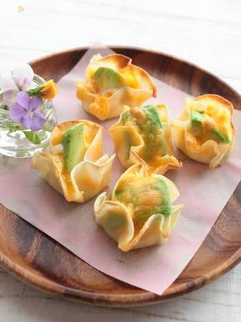 チーズの風味がおつまみにぴったり♪お皿の上に花が咲いたようなかわいらしい一口サイズのおつまみです。これならお子さまと楽しく作ることができそうですね。