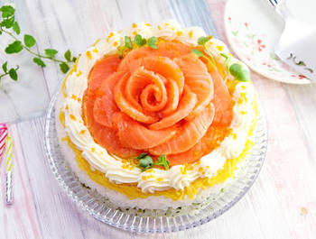 見た目にも美しい、お刺身用のサーモンを使ったケーキのようなお寿司。父の日のパーティテーブルがグッと華やぐメニューです。