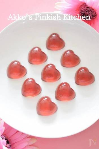 キュートで透明感のある涼しげスイーツなら、ブドウジュースでグミを手作りするのもおすすめです。電子レンジを使った簡単スイーツレシピなので、お子さまと一緒に楽しんで作ることができますよ!