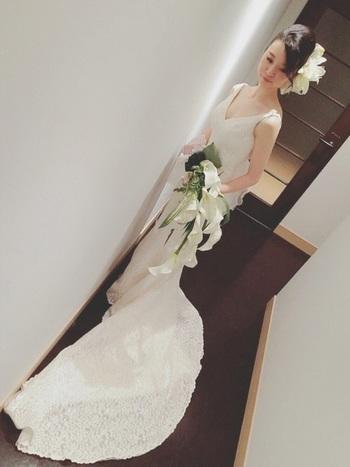 裾レースが繊細で美シルエットなドレス。シンプルかつ上品なドレスには、大ぶりなお花をメインにしたインパクトのあるヘアアレンジ&ブーケがおすすめ。自分らしさをシンプルの中につめこんで。
