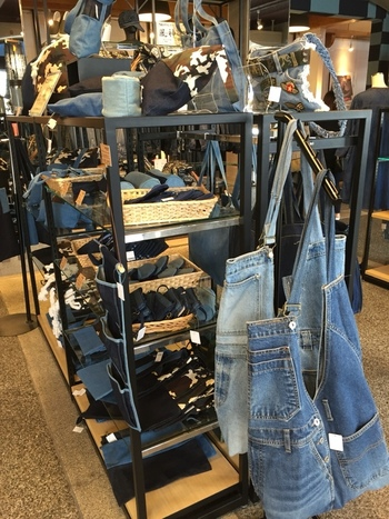 """特に、デニムのショルダーバッグやトートバック、傘やストラップ等など、様々なアイテムが並べられています。(「倉敷デニム」とは、""""倉敷市""""のデニム生地・デニム製品とそのブランドなど」を指している言葉です。)"""