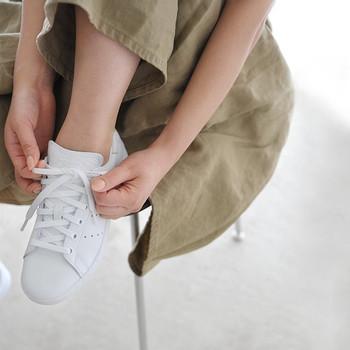 ビジネスにおいては「第一印象の決め手は靴」と言われています。そもそも、なぜ靴に個性が現れるのでしょうか。  ファッションやヘアスタイル、メイクなど、もっとも目につきやすいポイントには気を配っている人が多いものです。しかし、足元にまではケアが行き届いていないことも。どれだけ着飾っても、靴までのトータルなバランス感が取れていなかったり、靴の状態が悪かったりすると、思わぬマイナスイメージを与えてしまいます。