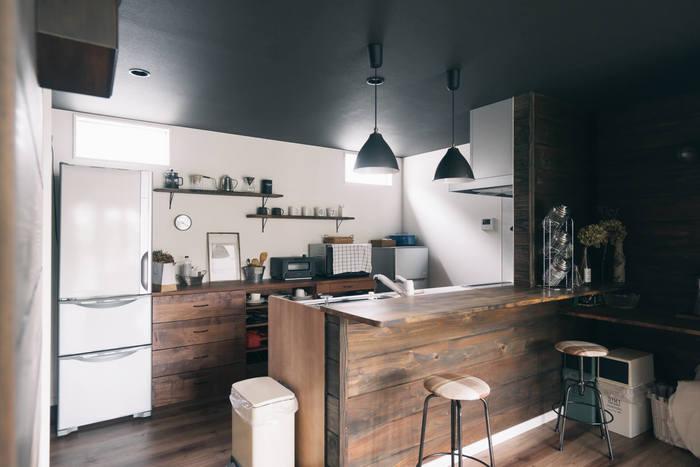 こちらはシックで落ち着いたビンテージハウスのようなキッチンですね。広い壁面ですが棚は2つだけ。コーヒー関連のグッズとカップと置く物を厳選し、カフェのような雰囲気に。