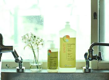 【ナチュラルウォッシュアップリキッド】 こちらの洗剤は、アレルギーを誘発するような原料は不使用のオーガニック洗剤。お肌に優しく少量で高い洗浄力を発揮します。有機レモングラスエッセンシャルオイルが配合で香りもさわやかです。