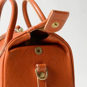 """取っ手や縁、チャック部分などの細部まで丁寧に作られているバッグは、上質の品格を漂わせます。一方、細部がほつれていたり型崩れてしていると、ちょっとした""""スキ""""を感じさせます。"""