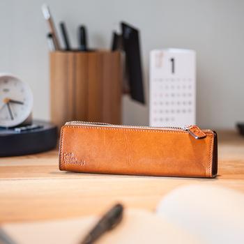 ボールペンにこだわる人ならペンケースにも気を抜かないものです。こんな革製のデザインには、聡明で温かいイメージがありますね。