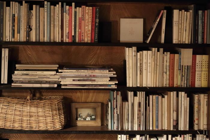 本棚には、その人のあらゆる面が詰まっています。 趣味、好み、知性、恋愛傾向、求めていること、理屈っぽさなど。その本をどう並べて整理しているかにも個性が出ます。今のその人だけではなく、過去のその人に影響を与えたモノや言葉などを知ることもできますよね。本棚は実に雄弁です。