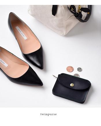 大人の女性にぴったりなシンプルなブラックのレザー財布。小さいながら、中身はコインポケット、カード&お札入れなどとしっかり分かれているので使いやすく、小さなバッグにもすっと忍ばせることができます。
