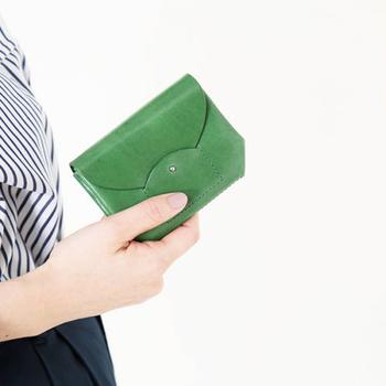 小さいお財布も鮮やかなカラーを選べば存在感大!お洋服やバッグではなかなか挑戦できないカラーでもミニ財布であれば選びやすいはず。機能性はもちろんのこと、自分の好きな色を選ぶのもいいですね。