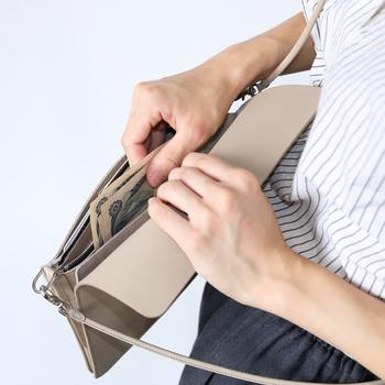 カードやお札入れだけでなく小銭入れとしても使えるジッパー型のポケットも付いていて、まさにお財布として兼用できる優れモノ◎
