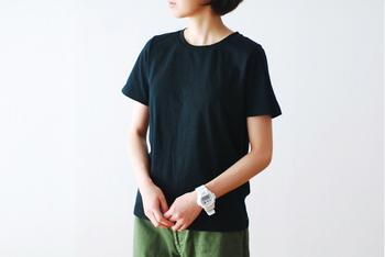 シンプルな無地のTシャツは、1枚で着ても頼りなく見えないように、素材がしっかりしたものを選んで。自分の体形に合う襟ぐり、袖の長さなども把握しておけるといいですね。ジャストなTシャツが見つかれば、ホワイト&ブラックでそろえておくと着回しできておすすめです。