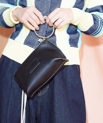 リング付きのレザーミニバッグは、「クラッチ」や「ポーチ」、あるいはベルトを通して「ウエストポーチ」として色々な使い方が可能。きれいめの格好にはクラッチバッグとして使ったり、二次会やちょっとしたパーティの時などにはリングを持って「ハンドバッグ」のように使ってもお洒落ですね。