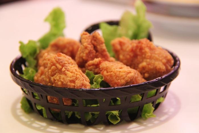 お皿に揚げ物を盛る時は、レタスなどの青味(あおみ)と一緒に小高く盛りつけるとおいしそうに見えます。  よりパーティらしさを出したいなら、「バスケット」にペーパーナフキンやレタスを敷いて盛りつけても◎。
