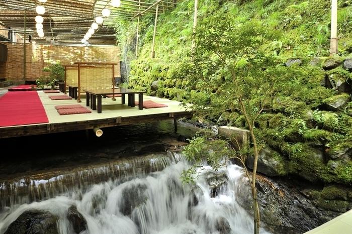 貴船エリアの川床は、川の真上に床机(座敷)があるのが特徴。京都の市街地より気温が低いエリアですが、深緑に包まれたこの場所はより一層ひんやりとした空気に包まれます。夏の暑い日には、足を川の冷たい水につけられるのが醍醐味。