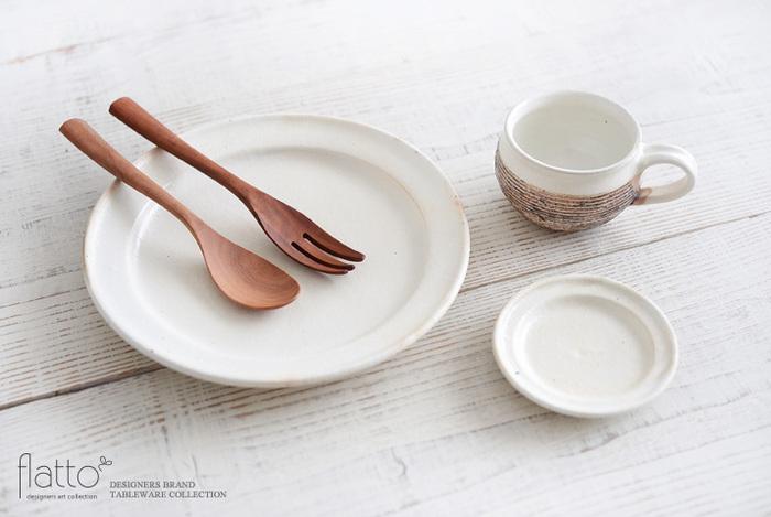 白い中皿は、どこの家庭にも一枚はあるはず。シンプルなお皿におしゃれにお料理を盛り付けるには、ちょっとしたテクニックが必要。真ん中に主菜を盛り付けて、その周りをハーブやソースで彩るのが簡単にできるおしゃれ技です。  少し慣れてきたら、片方に主菜を、もう片方にソースなどで模様をつけて、配置のバランスを意識するとGOOD♪