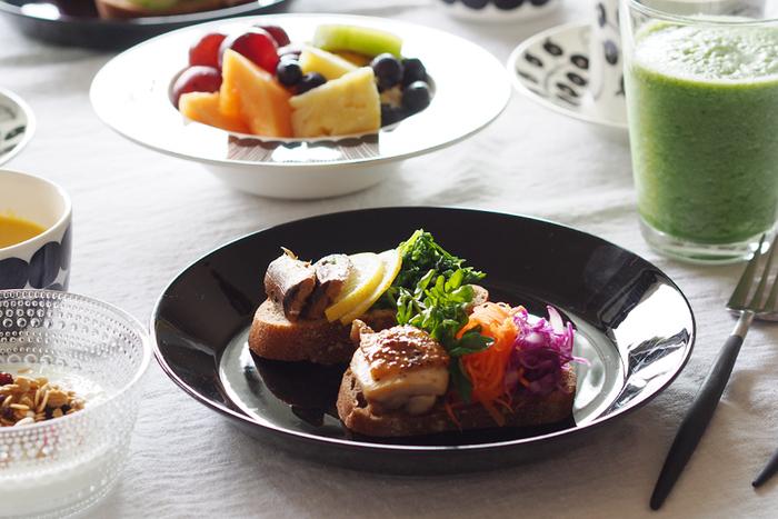 濃い色の中皿を使えば、肉・魚料理が一気にスタイリッシュな雰囲気に。 黒やネイビーなどの濃い色のお皿は、肉や魚の色を引き立てるというよりは、寄り添うような存在。料理とお皿が一体感を持った、落ち着いた一品になります。  大皿にお肉料理などの主菜とサラダを一緒に盛り付けると洗いものが楽ですが、たまには、それぞれをお皿1枚ずつに分けて盛って、レストラン風の食卓を楽しんでみては?