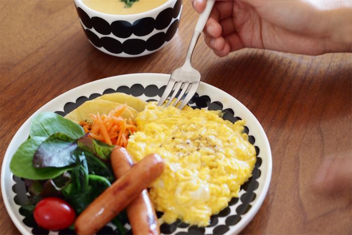 18~21cmくらいの大きさは、朝ごはんなどのワンプレートごはんにもぴったり。お皿いっぱいに、スクランブルエッグ、ウインナー、サラダを盛り付けて食欲そそる朝ごはんに。 総柄のお皿は、柄の位置を気にせずにめいっぱい盛り付けられるのでおすすめ。  朝ごはんには、爽やかに白や明るめの色を基調にしたお皿をチョイスしてみてはいかがですか。