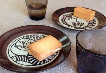 こちらはなんと、リサラーソンの益子の皿。日本の伝統と北欧のデザインが融合した素敵なお皿です。まさに北欧雑貨好きにはたまらない雑貨店です。