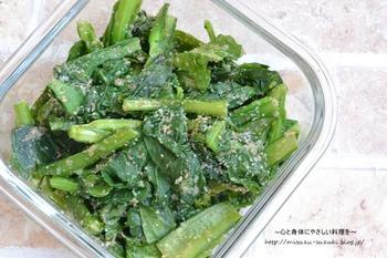 5分で出来ちゃう、嬉しいレシピ。小松菜はほうれん草のようにアクが少ないので、あく抜きをしなくても大丈夫ですが、作り置きする場合には、冷水にさらし、色よく仕上げましょう。
