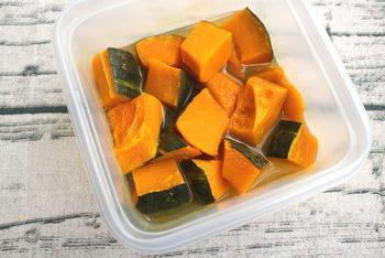 かぼちゃに、レモンの風味が染み込んで、とっても爽やかに!煮汁を一緒に入れて保存することで、しっとり&なめらかな仕上がりに。煮汁におしょう油などの色の付く調味料が無いので、見た目もとってもキレイです。