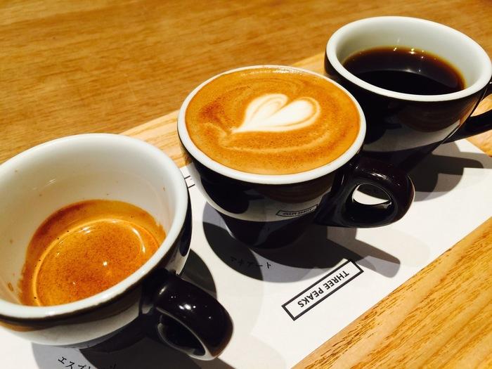 是非、試して頂きたいのは「3PEAKS」。デミタスカップに注がれた、同じ豆のエスプレッソ・マキアート・コーヒーの3種類。お水を用意して、味覚をリセットしながら飲み比べて下さい。1種類の豆でも抽出方法によって味が変化する、スペシャリティーコーヒーの醍醐味を体験できます。