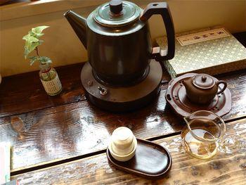 池袋駅から徒歩5分、南池袋公園側のビル2階にあるのが、中国茶専門喫茶店 梅舎茶館。ワークショップやイベントなども開催。台湾や中国から買付けてくる、こだわりの美味しい中国茶を存分に味わえます。