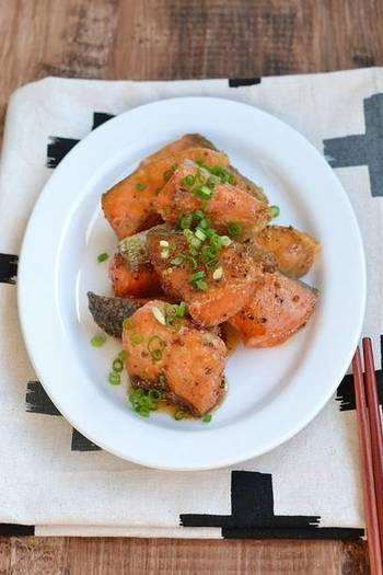 調理すると鮮やかな紅色になる鮭は、お弁当の一品にぴったりな食材。皮はパリパリで身はふっくら。優しい甘さと粒マスタードの組み合わせが絶妙で、あと引く美味しさです。