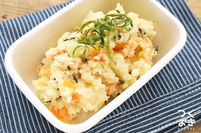 ポテトサラダといえば、マヨネーズで和えるポテトサラダが定番ですが、こちらは和風の一品。 ひじきと昆布だしが入ることで、和風の仕上がりに…だしの旨味がきいたシンプルな美味しさです。ひじきのプチプチとした食感が良いアクセントに!