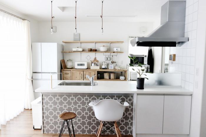 家電製品やキッチンツール、数々の調味料が並ぶキッチンはリビングやダイニングからの見え方が気になるもの。お部屋の延長上にあっても違和感なく見せるには、オープンラックをうまく使って見せる収納にしているお家が多いようです。 自分で取り付けることも簡単で、原状回復させやすいラックは取り入れやすいアイテムですね。