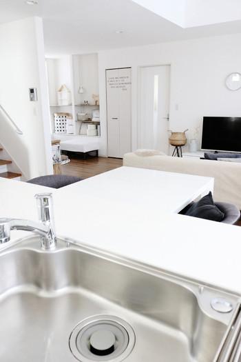 そして、キッチンに立った位置からの視界もインテリアが揃っていて素敵です。どの角度から見てもお部屋全体が、美しく整理整頓されていて、清潔感がありますね。