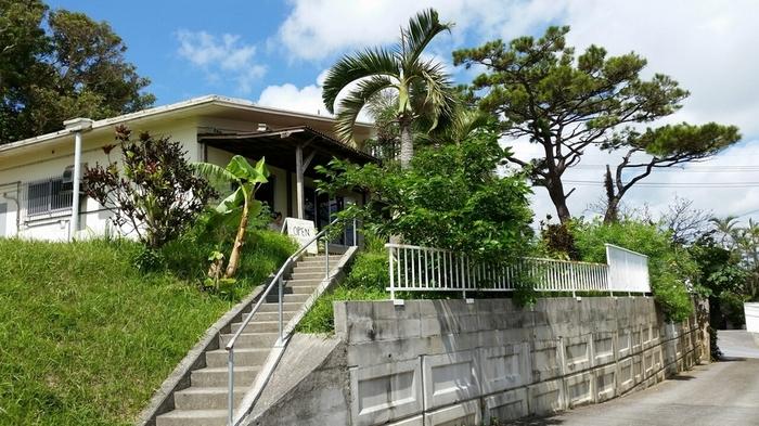 沖縄市内の住宅街の中にあるのが、こちらの「Roguii(ロギ)」。周囲には草木がたくさん生い茂り、なんだか南国的ですね。高台にあるため、海を望むこともできるそうです♪