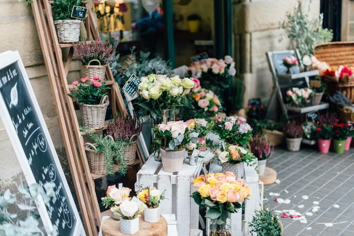 お花やさんでは希望予算やイメージを伝えましょう。花束は小さなブーケなら500円程度のものから、豪華なものだと1万円を超えるものまでと幅広く、自分の予算に合わせて作ることができます。  店頭で実物のお花を眺めながら作ってもらうので、イメージ通りのフラワーギフトが出来上がります。お店の人に直接相談できるのも嬉しいですよね。