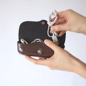 ケーブル類はかばんの中で絡まったり、使いたいときにサッと使えなかったりと結構不便。ポーチに入れるのもいいですが、意外と便利なのが「眼鏡ケース」なんです。ポーチよりもしっかりとしたつくりで使い勝手抜群!イヤホンやアクセサリー入れとしてもおすすめです♪