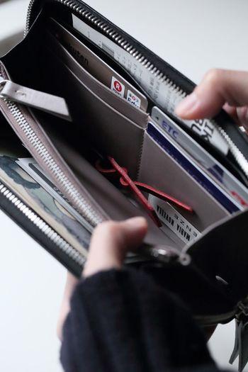 必要なカードだけを厳選して入れておけば、どこにどのカードがあるかも一目瞭然で使い勝手もアップします◎財布もパンパンになることなく、すっきりとスマートにバッグに収納できますよ!