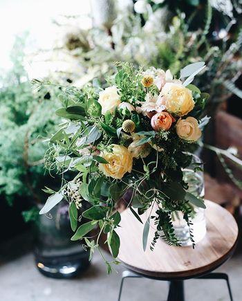 フラワーギフトは花屋さんやネットで希望の花束やアレンジメントをオーダーするもよし。または自分でお花を買って、腕によりをかけてお好みのアレンジで作ってみるのもまた楽しそうです!