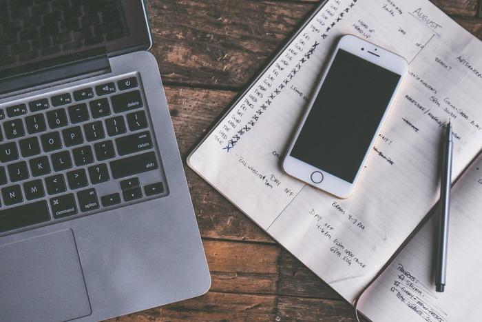 バッグの中をすっきりさせるなら、手帳をアプリに変えるのもおすすめです。手帳代わりになってくれるアプリもたくさんあるので、きちんとスケジュールを管理できますよ!アプリだけは不安…という方は、お家では手帳、外ではアプリ…と使い分けするのも◎