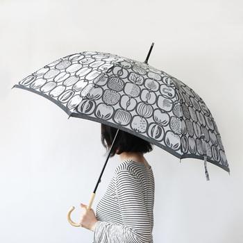 こちらは日本の「槙田商店」が北欧デザインを代表する「リンドベリ」のパターンをそのまま日傘に取り入れたアイテム。  ずっと使いたくなってしまうほどインパクト満載の日傘はもちろん晴雨兼用。 いつでも使える仕様になっています。