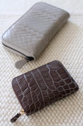 バッグの中をすっきりとさせるには、財布を小さめのサイズに変えてみると◎小さめの財布なら場所を取らず、バッグの大きさを問わずに使えます。小さめのサイズでも仕切り使いなど収納力のある財布を選べば、長財布派も安心です。