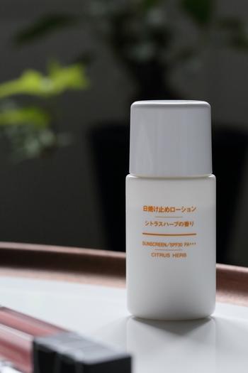 こちらも「無印」の日焼け止めローション。  こちらはシトラスの香りが楽しめるタイプで、汗ばんだお肌にもリフレッシュ感を与えられる仕様に。  日焼け止めにありがちなベタつきがなく、さらっとした質感でベタつきが苦手な方におすすめです。