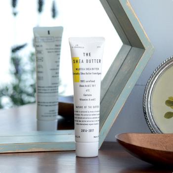 こちらはナチュラルブランド「THE」の保湿クリーム。  紫外線を吸収し、お肌内部に紫外線を取り入れない成分が入っているため、保湿クリームとしてだけでなく、室内での日焼け止対策にも使いやすいアイテムですよ。  香りはやさしいラベンダー。 塗るたびに香りに癒されそうです。